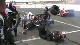 Scott Dixon srazil mechanika