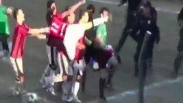 Paraguayský hráč kopl rozhodčího do hlavy