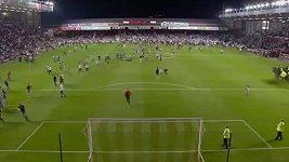 Fanoušci vběhli na hřiště při zápase Bristol City - Bristol Rovers