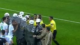 Po červené kartě musela rozhodčí před hráči chránit policie.