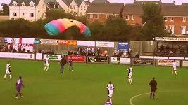Parašutista na fotbale