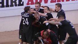 Rozradostnění fotbalisté Hibernian se po vstřelení gólu objímali i s fotografem.
