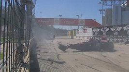 Skotský automobilový jezdec Dario Franchitti si při děsivé nehodě zlomil dva obratle.