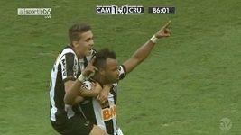 Gól Fernandinha v derby mezi Mineirem a Cruzeirem
