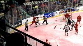 Těžké chvíle hokejisty po pádu na led