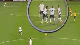 Konflikt anglických fotbalistů Morrisona se Zahou během duelu s Litvou.