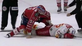 Jarkko Ruutu padá k ledu po úderu Trevora Gilliese.