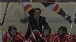Trenér hází hokejky na led