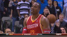 Dwight Howard hodil míč po divákovi