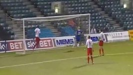 Adam Barrett nedal gól z několika centimetrů.