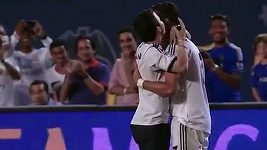Fanoušek objal Ronalda během hry.