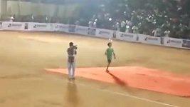 V Indii se zřítila tribuna s fanoušky.