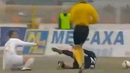 Fotbalistovi zlomil protihráč skluzem lýtkovou kost.