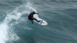 Odvážlivec surfoval v ledových vlnách u Antarktidy.