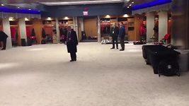 Jágr předvádí obrovskou šatnu baseballistů Yankees.