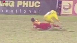 Drsný faul ve vietnamské lize.