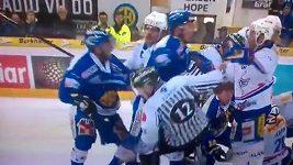 Český hokejista Tatíček srazil rozhodčího