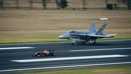 Formule Red Bull vs. stíhačka F/A-18 Hornet