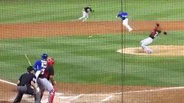 Baseballistu Chapmana trefil míček do obličeje