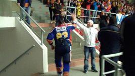 Jan Platil přiběhl po zápase s Berounem do domácího kotle.