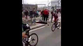 Srážka belgického cyklisty s fanynkou.