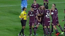 Rozzuřeného vyloučeného fotbalistu museli držet jeho spoluhráči.