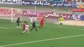 Náhradník vstoupil na hrací plochu a zabránil gólu.