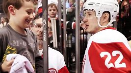 Útočník Tootoo věnoval malému chlapci hokejku.