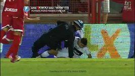 Fotbalista zkosil skluzem policistu.