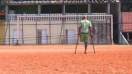 Brazilský brankář hraje fotbal jen s jednou nohou.
