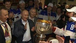 Vladimir Putin slaví v kabině s ruskými hráči.