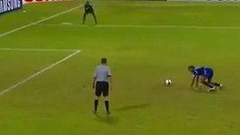 Bizarní penalta fotbalisty Malediv
