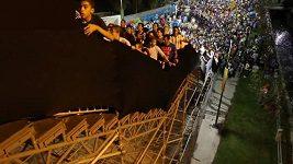 Fanoušci na kymácejících se schodech
