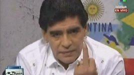 Maradona ukázal v televizním vysílání vulgární gesto