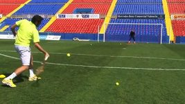 Keylor Navas chytá tenisové míčky