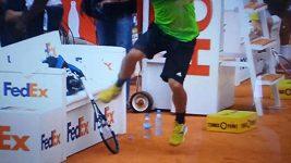 Fabio Fognini rozbíjí svou raketu
