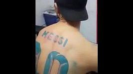 Fanoušek má svůj idol vytetovaný na zádech