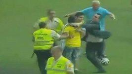 Nadšený fanoušek Realu se vrhl na Jamese Rodrígueze, ten mu pomohl.