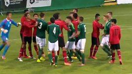 Rvačka mladých fotbalistů Mexika a Severního Irska