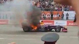 Monopost F1 Red Bull v plamenech