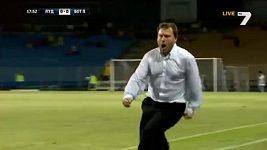 Oslava gólu v podání trenéra týmu Botev Plovdiv.
