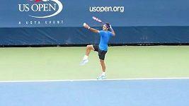 Federer baví diváky během tréninku.