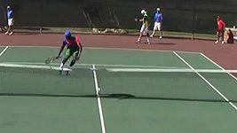 Tenista nepřeskočil síť