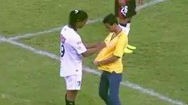Ronaldinho podepsal dres fanouškovi přímo na hřišti.