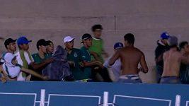 Bitka mladistvých fanoušků v Brazílii.