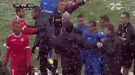 Fanoušci házeli po trenérovi CSKA Sofia sněhové koule