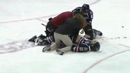 Hráč Peorie bruslí nešťastně prořízl soupeři stehno.