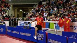 Čínský stolní tenista rozkopal reklamní panely.