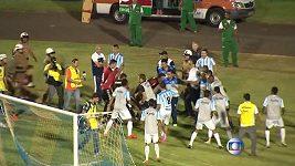 Hanebná scéna, fotbalisté v Brazílii se rvali na hřišti