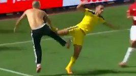 Bitka fanoušků ukončila zápas v Tel Avivu.